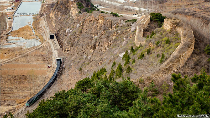 2016年4月2日。北京密云墙子路,京承线,DF4货列穿行于长城脚下,进入河北省境内。(图/火车掠过)