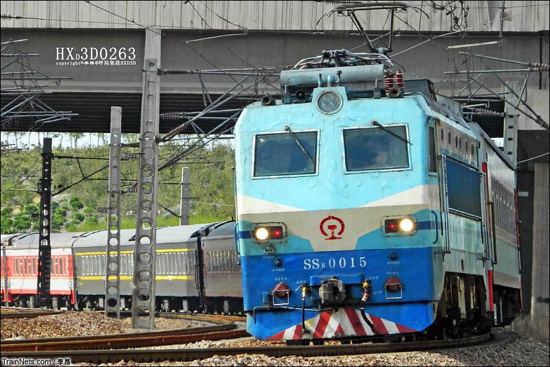 2016年4月17日。京广铁路石家庄平南站北,韶八牵引客车快速通过。(图/李昂)