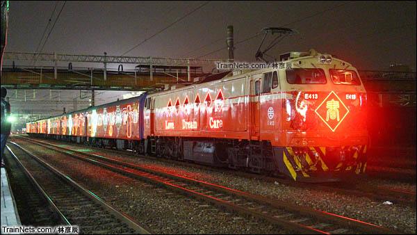 彩妆列车的夜间灯饰效果。(图/林彦辰)