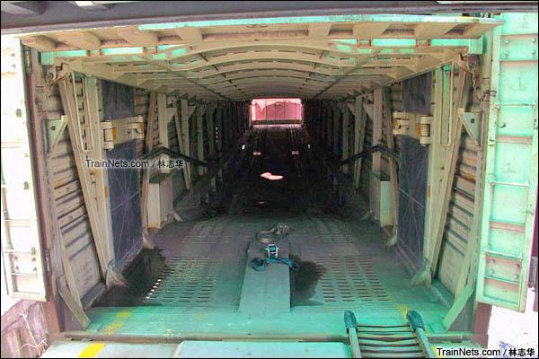 2015年8月。广州保机段。JSQ6型凹底双层运输汽车专用车。车辆内部。(图/林志华)