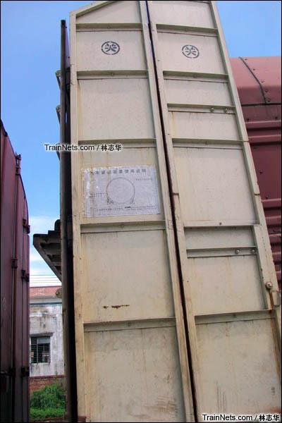 2015年8月。广州保机段。JSQ6型凹底双层运输汽车专用车。车辆端门。(图/林志华)