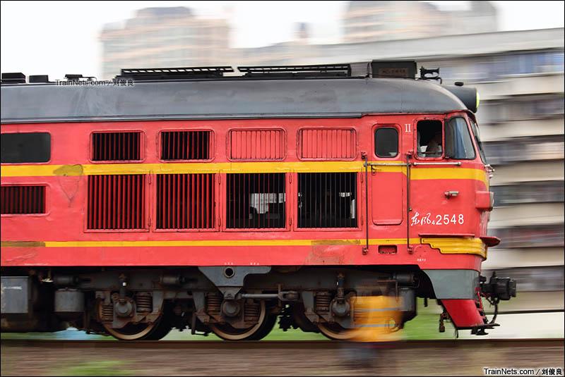 2013年3月17日。广西南宁。DF4B牵引客车奔驰在老湘桂线上。(图/刘俊良)