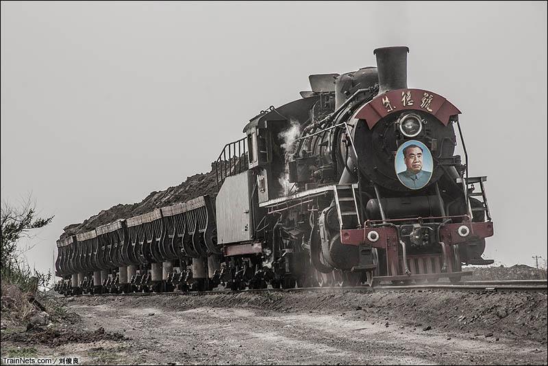 2016年5月21日。阜新矿务局运输部。朱德号上游蒸汽机车倒推车底爬上矸石山。(图/刘俊良)
