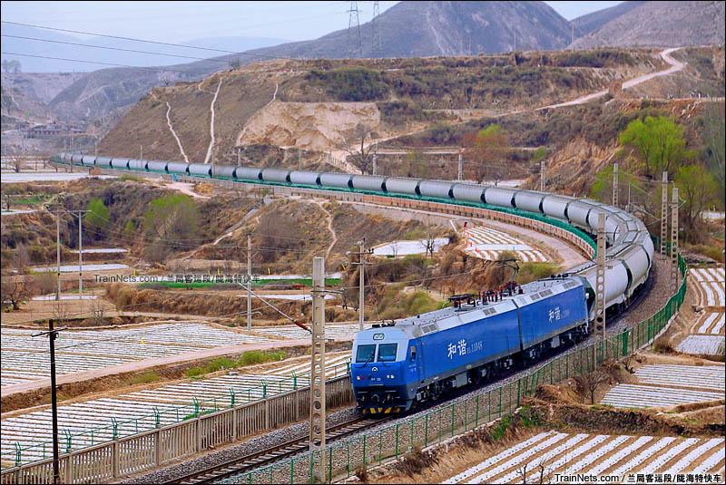 2016年4月。HXD1牵引的粮车专列运行在西陇海线骆驼巷至桑园子区间。(图/陇海特快车)