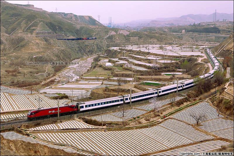 2016年4月。Z151次(北京西-西宁)与正在试验的HXD3A在西陇海骆驼巷至桑园子区间相见。(图/陇海特快车)