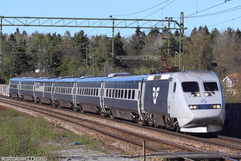 2016年5月。瑞典斯德哥尔摩。X2000摆式列车通过Stuvsta车站。(图/刘崇彰lsc238)