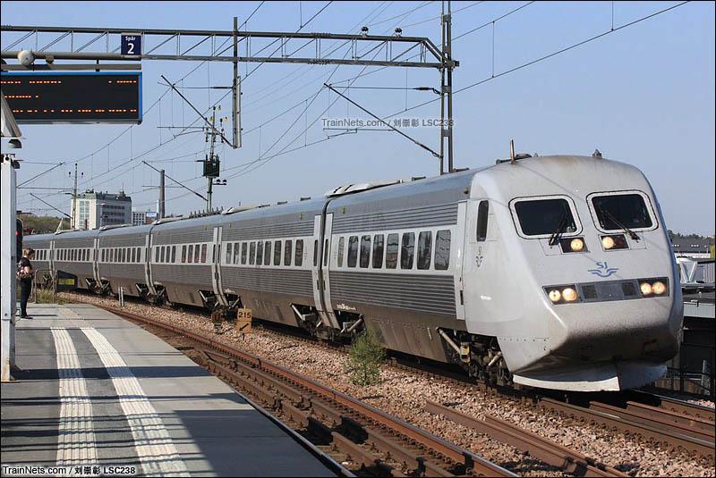 2016年5月。瑞典斯德哥尔摩。X2000摆式列车通过Årstaberg车站。(图/刘崇彰lsc238)