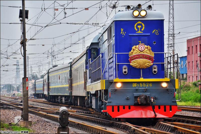 """2015年7月15日。DF7-5526""""工人先锋号""""牵引空调国列车底由石景山南站出发,驶向101专线。"""