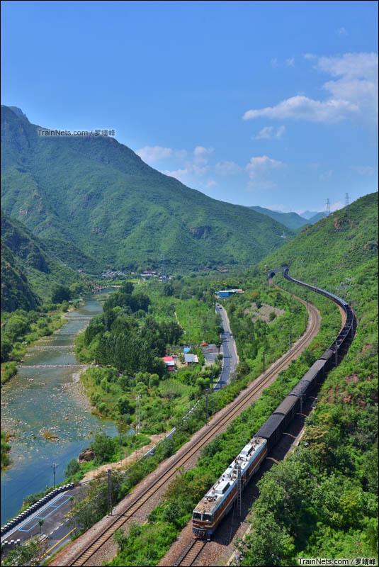 2015年8月10日。北京安家庄。丰沙铁路最后一段美好的时光,8K牵引货列通过安家庄弯道。(图/罗靖峰)
