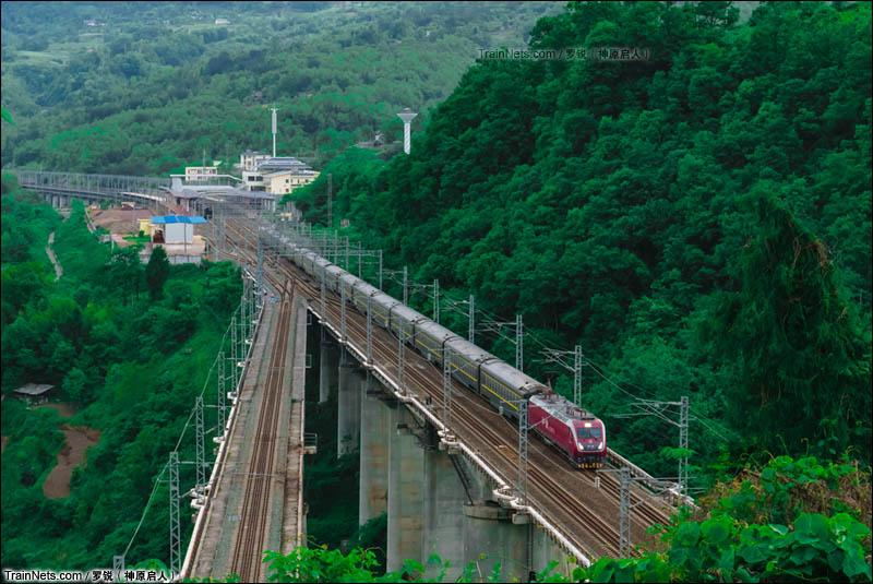 2016年5月4日。宜万铁路晚班直特群的领队——武局南段HXD1D0015号机车牵引的Z258次列车(重庆北-上海南)全速跨越巴东站,进入宜万铁路高阳寨隧道。(图/罗锐)