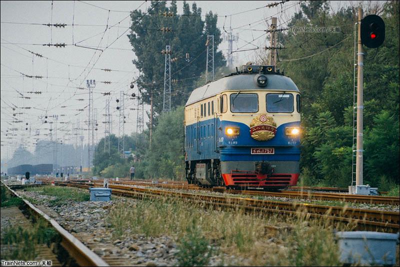 """2014年10月14日。北京东北环线。路上的DF4B改D""""工人先锋号""""。(图/天船)"""