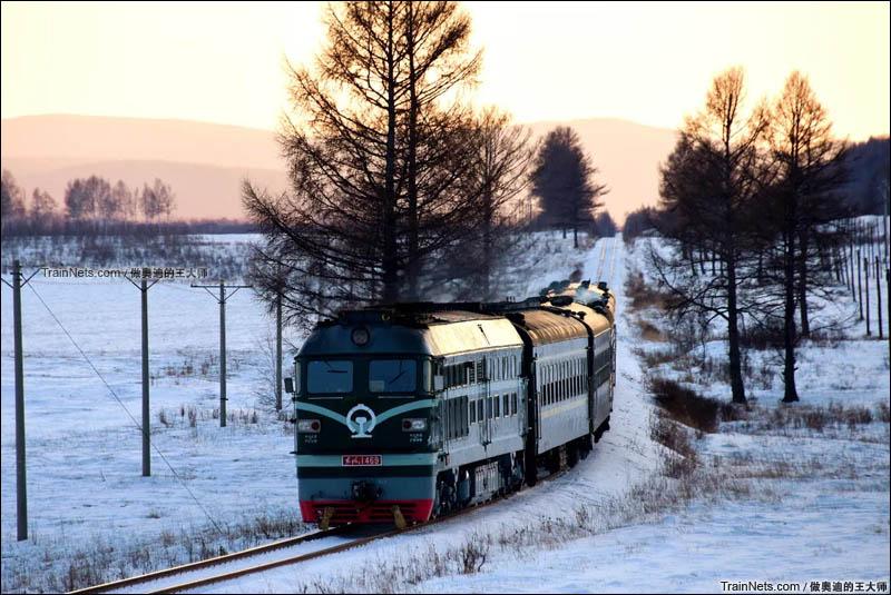 2016年1月。内蒙古牙克石市绰源镇。绿皮小票行驶在博林线上。(图/王璐 @做奥迪的王大师)