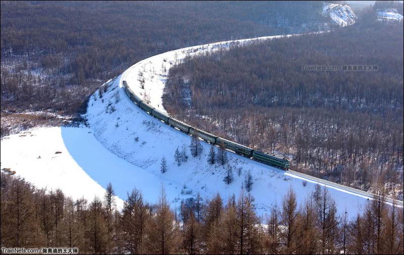 2016年1月。内蒙古呼伦贝尔市图里河镇。绿皮小票行驶在牙林线岭北展线上。(图/王璐 @做奥迪的王大师)