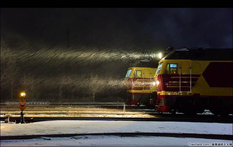 2015年12月。内蒙古克什克腾旗。集通铁路大板机务段,DF4DZ在雪中等待发车。(图/王璐 @做奥迪的王大师)
