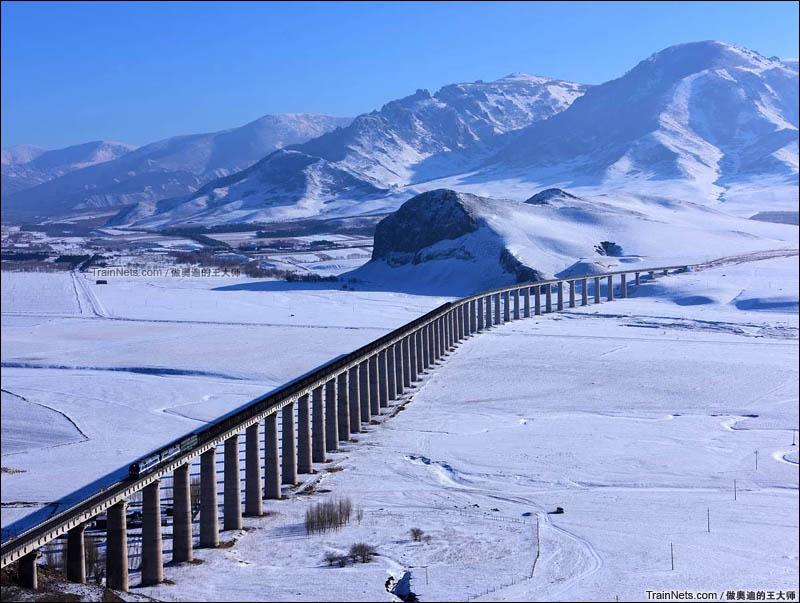 2015年12月。内蒙古巴林右旗。赤大白铁路。货列行驶在雪原之上。(图/王璐 @做奥迪的王大师)