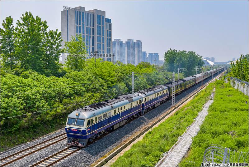 2016年4月29日。扬州扬冶路立交桥,双机DF11牵引 K223次列车驶出扬州站前往泰州方向。(图/小黑想做摄影师)
