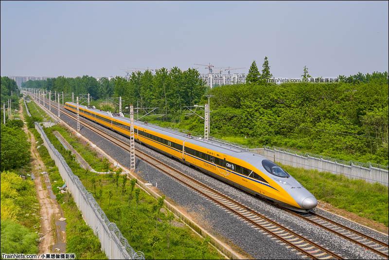 2016年4月29日。参与宁启铁路联调联试的高速综合检测列车CRH380AJ-0203通过扬州扬冶路立交桥,即将进入扬州站。(图/小黑想做摄影师)