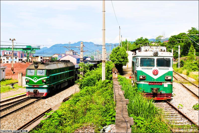2015年5月。张家界北站,牵引货列的DF4B和封存的SS1不期而遇。(图/夜行侠)