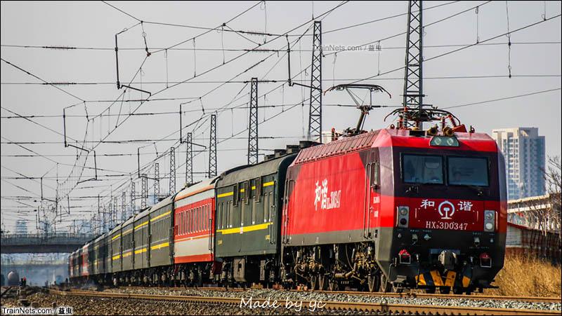 2016年初。HXD3D牵引2261次(天津-乌兰浩特)通过天津站四号楼。(图/益虫)