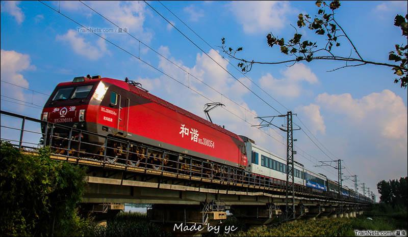 2015年9月。HXD3D牵引Z186次(深圳-沈阳北)通过菏泽万福河桥。(图/益虫)