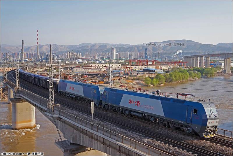 2016年5月2日。兰州北环线。HXD1C牵引货列通过兰州北枢纽南坡坪大桥。(图/一夏_沃野千里)
