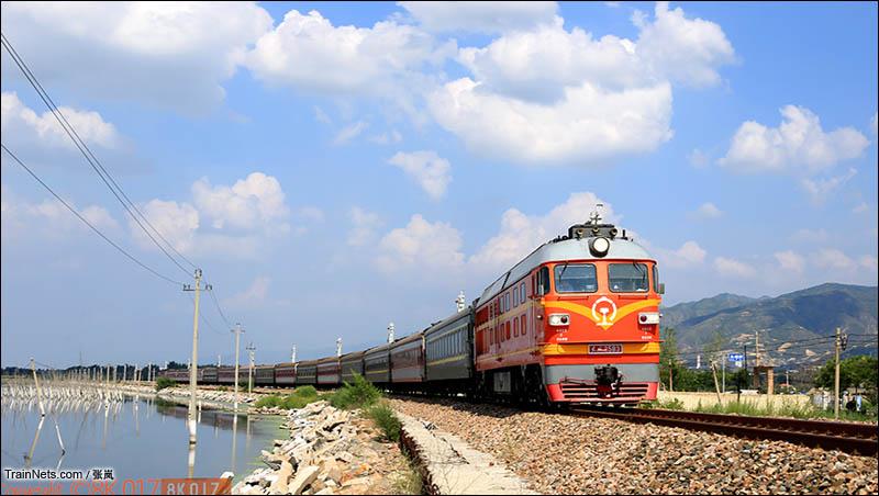 2016年8月12日。南同蒲线解县-董村区间。橘子在蓝天下牵引K2665次(临汾-苏州)通过运城盐湖。(图/张岚)