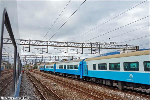 停靠花莲站内的复兴号列车,该车将会以区间和复兴的形态在东部运营。(图/赵家乐)