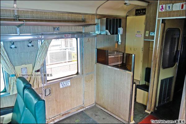 复兴号客车内的应急门和乘务员休息座位,现做茶水区使用。(图/赵家乐)