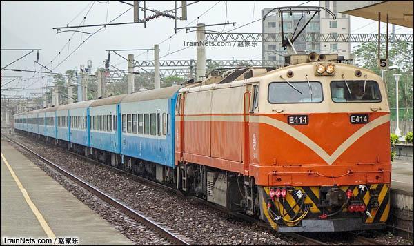 东部干线的复兴684次进新城车站。(图/赵家乐)