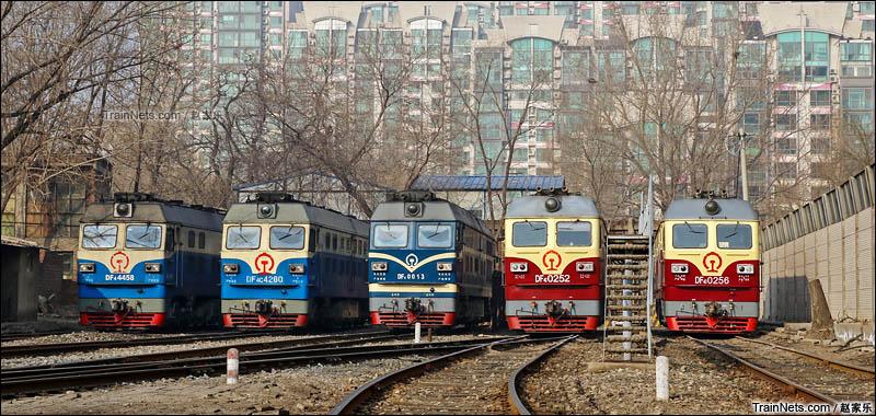 2016年1月2日。北京。西直门折返段内整齐停放的一排东风4系列机车。(图/赵家乐)