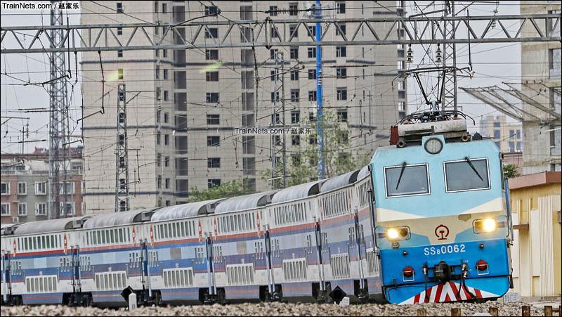 2016年5月2日。SS8-0062牵引Y512次(邯郸-承德)双层旅游列车通过柳辛庄车站。(图/赵家乐)