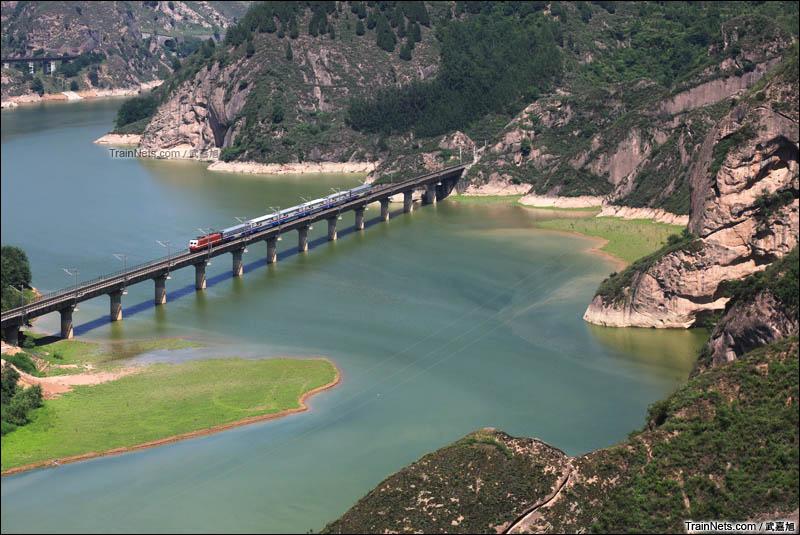 2016年6月3日。西安局开行的天水号列车穿行在宝鸡峡的山水之间。(图/武嘉旭)