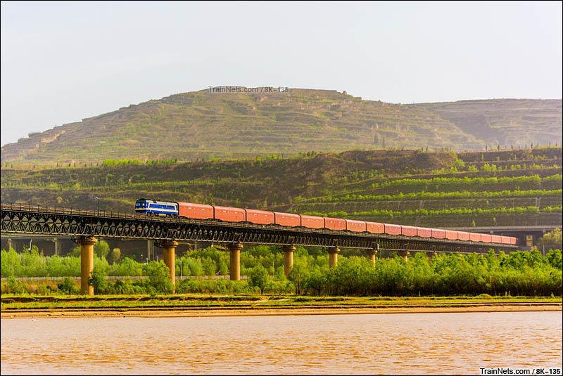 2016年4月17日。运城市芮城县。DF8B牵引汽车运输车上行通过南同蒲线风陵渡黄河大桥。(图/8K-135)