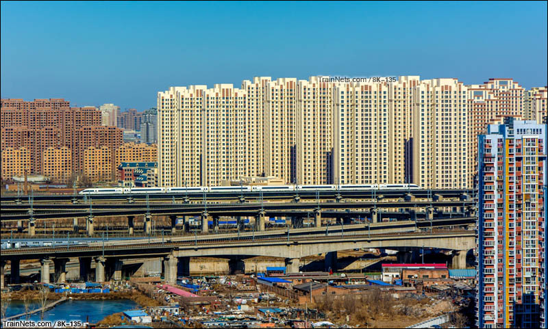 2016年2月18日。天津市西青区。CRH380B行驶在津霸客专。(图/8K-135)