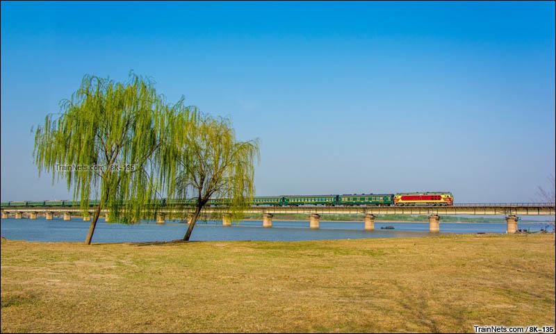 2016年4月10日。天津市宝坻区。DF4DK牵引S913次(宝坻-天津北)通过津蓟铁路潮白河大桥。(图/8K-135)
