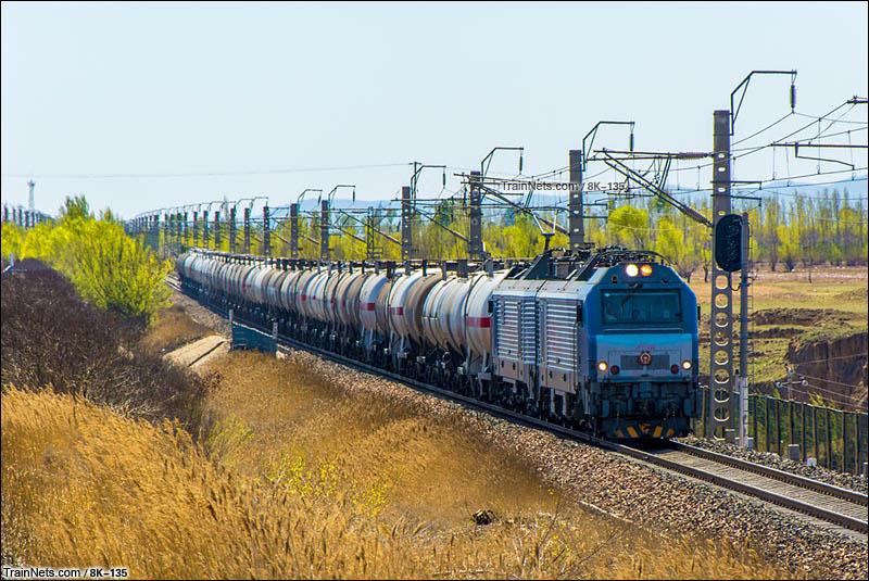 2016年4月16日。朔州市怀仁县。HXD2牵引货列上行行驶在北同蒲线上。(图/8K-135)
