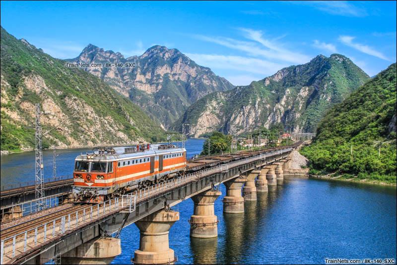 2015年8月。8K-135牵引平板专列通过丰沙线落坡岭站下行永定河4号桥。(图/8K-140_SXC)