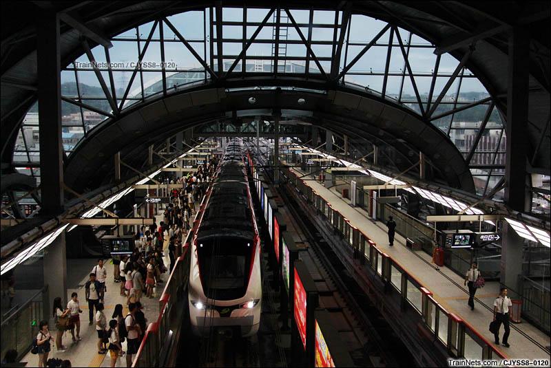 2016年6月5日。东莞轨道交通二号线列车换向完毕驶入虎门火车站载客。(图/CJYSS8-0120)