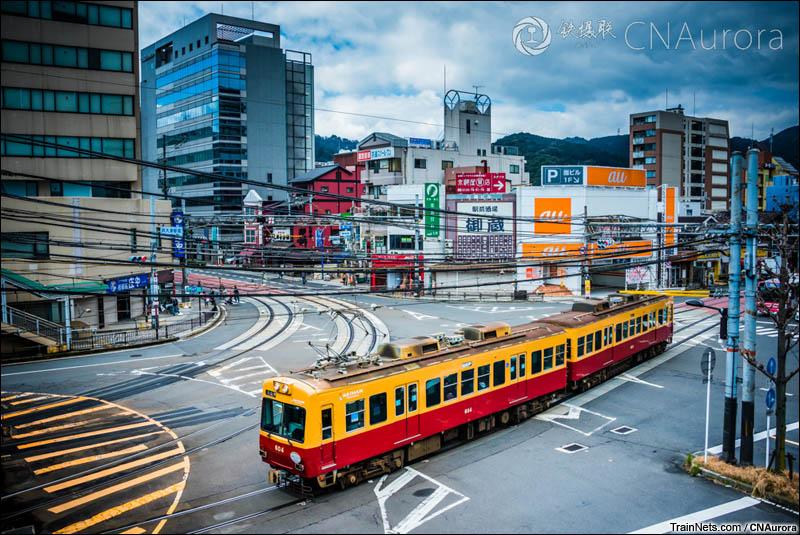2016年3月15日。日本。京阪滨大津站,一组石山坂本线的600型电车正通过车站前的路口。(图/CNAurora)