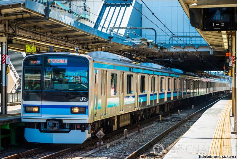 2016年3月17日。日本。JR三鹰站,停靠在站内的E231-800型电车,该车为地下铁直通运行专用。(图/CNAurora)