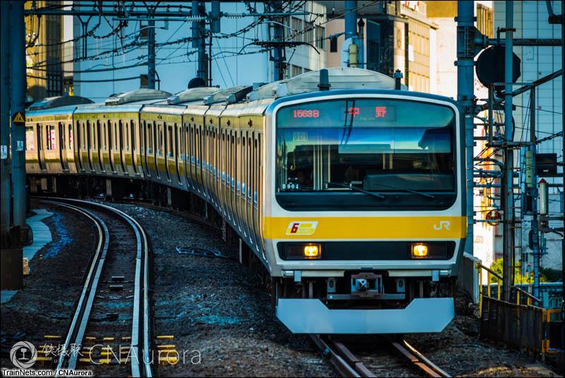 2016年3月17日。日本。JR御茶之水站,一列中央总武缓行线的E231-0正在进站。(图/CNAurora)