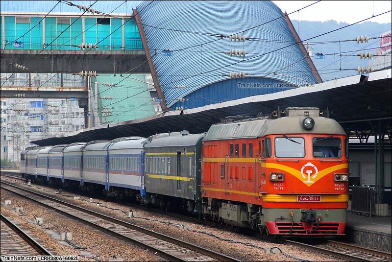 2015年11月3日。广州东站,广铁龙段DF4BH改B牵引T8379(广州东-梅州)准备发车。(图/CRH380A-6062L)
