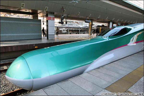 2012年2月。日本东京站。E5系新干线列车。长达15米的车鼻。(图/火车仔)