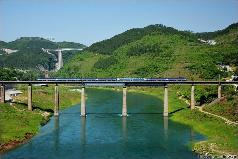 2016年5月10日。SS3B+SS4G+SS3B+SS3B多机重联通过川黔线乌江大桥。(图/粤GQK618)
