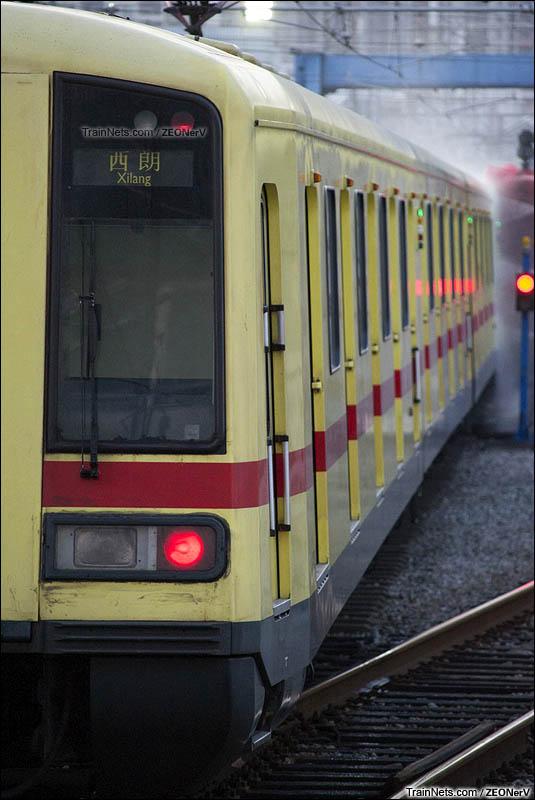 """2016年5月16日。广州地铁一号线。傍晚时分,退出服务的""""大西""""从西朗站3道缓缓进入洗车线。(图/ZEONerV)"""