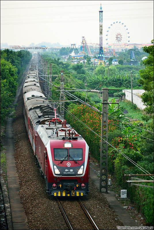 2014年9月27日。京广线。广州石井。HXD1D-0245牵引K1095次列车从白云湖公园旁开过。(图/ZEONerV)