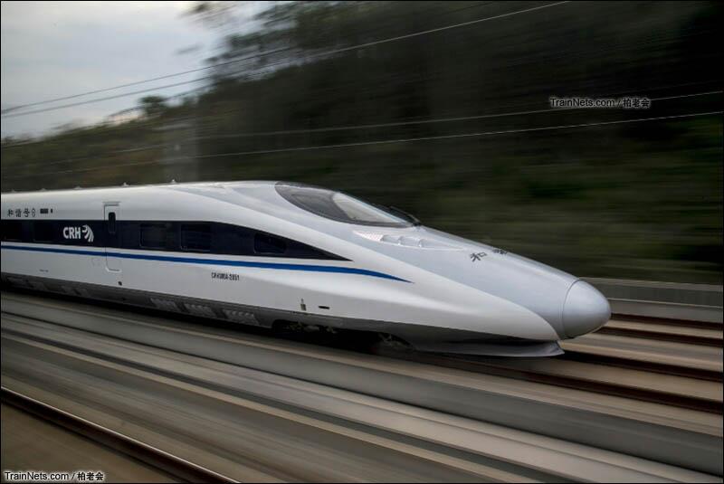 2016年1月。柳南线G422次列车(南宁东-北京西)上拍摄南广线同向运行的G2913次列车(南宁东-深圳北)。(图/柏老会)