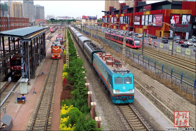 2016年5月。吉林,长春机务段天桥。京哈线SS9-0036牵引2624次(满洲里-大连)前往上行公主岭站方向。与长春轻轨列车相会。(图/春段村哥)