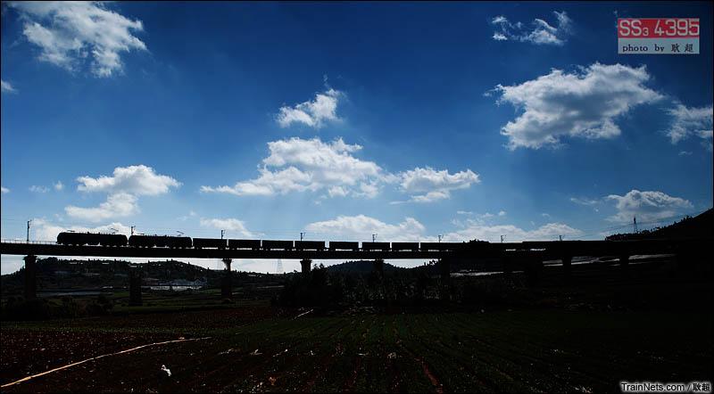 2016年5月。南(宁)昆(明)线 宜耐-西街口区间,光影下的货运大列。(图/耿超)