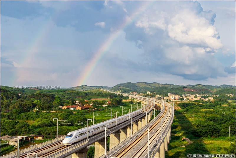 2014年7月13日。骤雨初霁。广西彩虹桥下柳南高铁动车疾驰而过。(图/王堃@杆哥在地铁二号线)